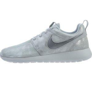 NWOT Nike Roshe sneakers SZ 9